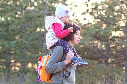 Чем заняться на прогулке с маленьким ребенком