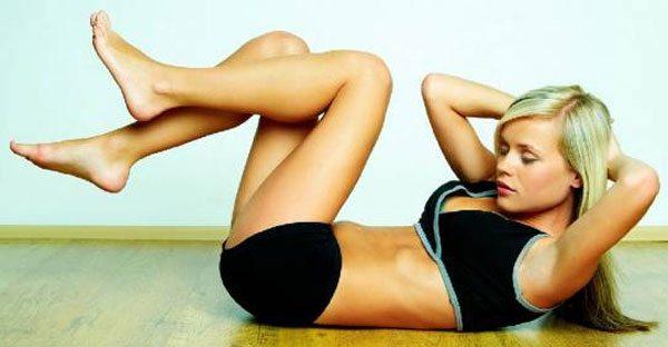 Упражнения для плоского живота» /></p> <p>Аккуратный плоский животик – мечта каждой девушки, особенно в преддверии пляжного сезона. Но чтобы иметь такую фигуру необходимо много трудиться — правильно питаться, заниматься спортом и, кроме того, выполнять специальные упражнения для плоского живота. Только постоянная работа над собой поможет всегда оставаться стройной, подтянутой, с красивым животиком.</p> <h2>Правильное питание для плоского живота</h2> <p>На самом деле никакой волшебной диеты, делающей живот плоским, и рисующей на нём заветные кубики, не существует. Нужно просто придерживаться правил правильного питания и заниматься спортом. Основные постулаты питания для красивой фигуры такие:</p> <ul> <li>Не превышать рекомендуемую суточную калорийность пищи. Определить её можно при помощи специальных формул и выходить за полученные рамки нельзя.</li> <li>Соблюдать нужное соотношение белков, жиров и углеводов в пище. Это поможет быть здоровой и энергичной.</li> <li>Если вам нужно похудеть, можете снизить количество углеводов и жиров, но не белков. Урезание белков ведёт к потере мышечной массы, а значит, живот будет запавшим и дряблым, а не плоским и упругим.</li> <li>Кроме того, существуют продукты, которые лучше не употреблять, даже если они вписываются в коридор калорийности, это:Фаст-фуд, слишком жирную пищу, колбасу, майонез;Сладости, сдобу и белый хлеб;Спиртное.</li> </ul> <p>Это продукты слишком калорийны и при этом они не дают организму почти никаких витаминов и других полезных веществ. После их употребления человек может ощущать голод из-за нехватки ценных нутриентов, в то время как высокая энергетическая ценности пищи будет провоцировать отложение жировых тканей.</p> <p >Очень важно правильно определить нужное количество соли. В умеренных количествах она является ценным источником минералов, но превышение допустимых норм приводит к задержке жидкости в тканях, отёкам и набору лишнего веса.</p> <p>Чтобы животик оставался плоским и красивым, необходимо соблюдат